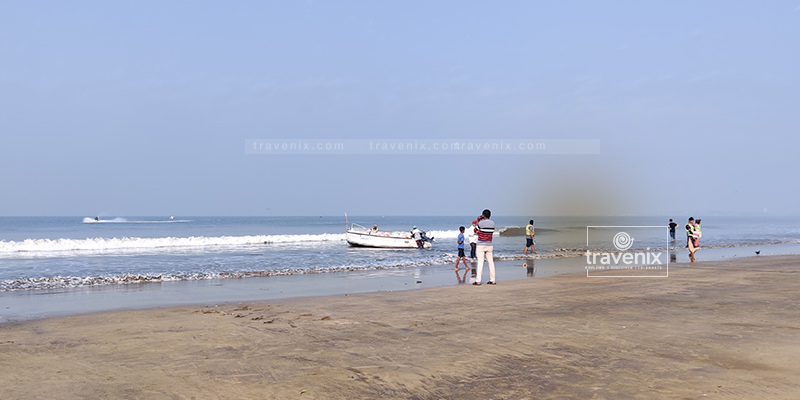 The blue waters at the beautiful Juhu Beach